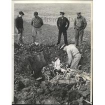 1941 Press Photo Digging out the motor of Army Plane crashed at Centerville Ill.