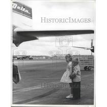 1961 Press Photo Two Kids Stand Under Wing of a Delta Airplane - nef67428