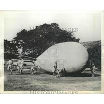 1943 Press Photo Last Minute Adjustments Made by Ground Crew of Barrage Balloon