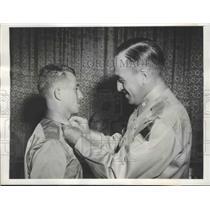 1943 Press Photo Brig Gen.J.A. Holly pins a Gold Bar on Lt. Rudolf Wolf Kogan