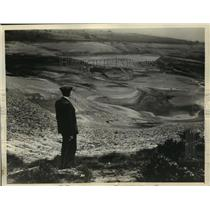 1934 Press Photo Man at Yellow Reservoir Longworth Moor in England - mjx28635