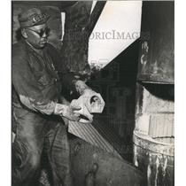 1949 Press Photo St Pettersburg Iron worker