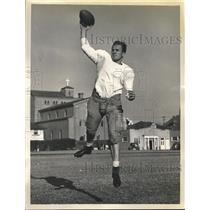1939 Press Photo Doyle Nave, USC quarterback, practicing for Rose Bowl