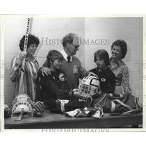 1979 Press Photo Red Tilson & peewee members pack hockey equipment - sps06005