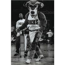 1994 Press Photo Bango the Milwaukee Bucks Mascot Played by Todd Mcklees