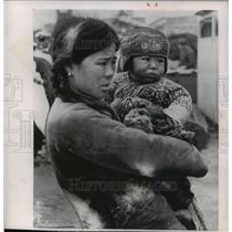 1955 Press Photo Mother and child seek refuge after invasion on Tachen islands
