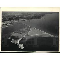 1987 Press Photo Erosion: Toronto, Canada, built man-made peninsulas