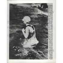 1950 Press Photo Florence Chadwick comes ashore after her record-breaking swim