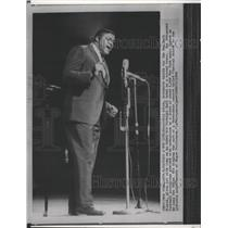 1963 Press Photo New York Giants football player, Rosey Grier sings at Carnegie
