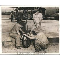1943 Press Photo Alabama-Birmingham-Men working on parts at an aircraft plant.