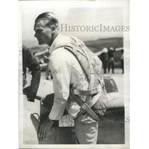 1943 Press Photo Richard C. DuPont as he climbed into his soaring plane