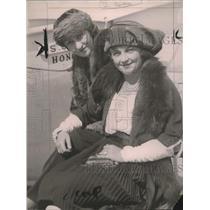 "1920 Press Photo Bertha M. Van, Alyce Sommer ""ducks"" the Prince of Wales"