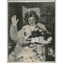 """1937 Press Photo """"Lucia"""" of Stockholm crowned with lighted candles - neo14796"""