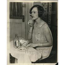 1926 Press Photo Hazel Huld Does Her Makeup - neo16175