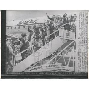 1965 Press Photo Passenger Seven Seas Plane New York - RRX84975