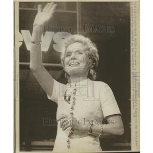 1972 Press Photo Wife George McGovern Wave - RRV78055