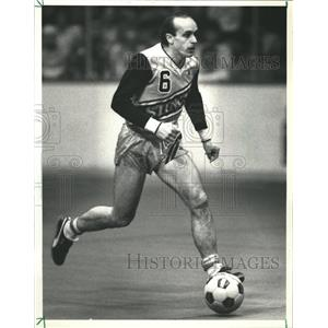 1985 Press Photo Sting Sidekicks Soccer Player Dribbles - RRQ00085