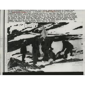 1965 Press Photo Indian Troops Carry a Stretcher & White Flag to Take Away Body