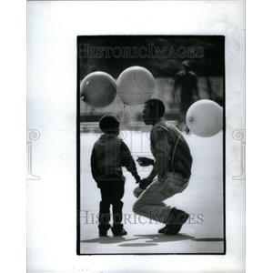 1984 Press Photo Pete Lockeh Detroit Downtown Balloon - RRU39885