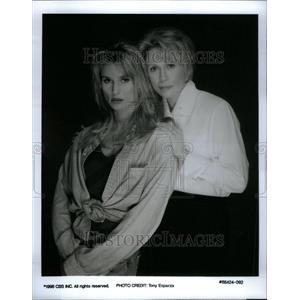 2001 Press Photo Nicollette Sheridan Faye Dunaway Door - RRU37231