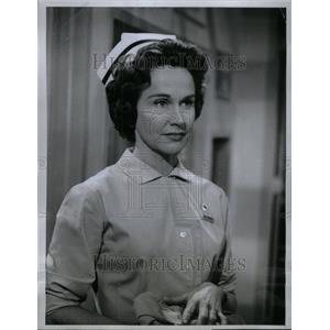 1963 Press Photo Kim Hunter Nurses Lions Actress TV - RRU45073