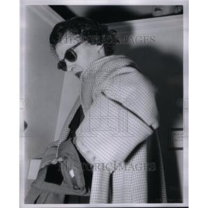 1960 Press Photo Shoplifting Goods Establishment Crime - RRU39753