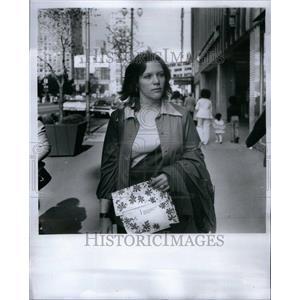 1975 Press Photo Shopping Purchase Goods Activity - RRU39901