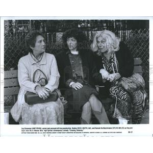 1988 Press Photo Izzy Grossman (Amy Irving, center) gets annoyed with her