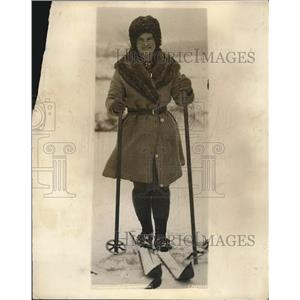 1924 Press Photo Beatrix Loughram going skiing