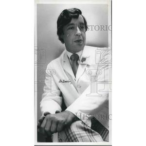 1977 Press Photo Dr Edmund J Doering III Cleveland Clinic