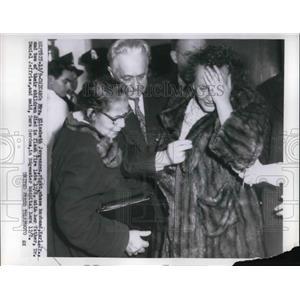 1954 Press Photo distraught Elizabeth Jorgensen, family killed in flash fire