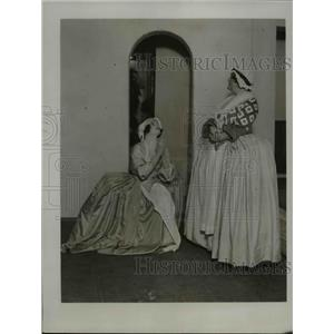 """1923 Press Photo Ms. Lilian Davies & Ms. Wi nifred Hare rehearsing for """"POLLY"""""""