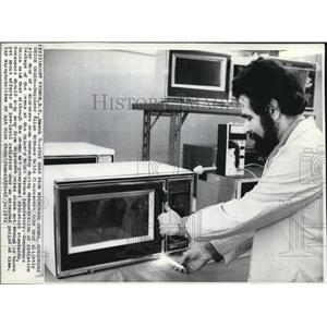 1973 Wire Photo Engineer Allan Eckhaus during a demonstration of radiation