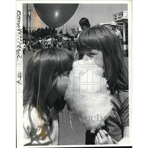 1984 Press Photo Twins Lori & Evelyn Bates eat cotton candy at Clark County Fair