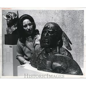 1972 Press Photo Mrs. Gaetana Pirron with Fred Glover's Indians sculpture