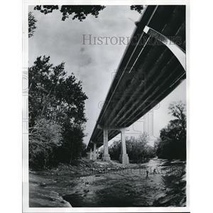1985 Press Photo New Northfield Road Bridge in Bedford - cva82267