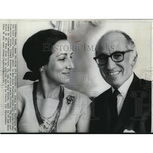 1970 Wire Photo Dr. Salk & Gilot plan July wedding - cvw06027