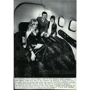 1970 Wire Photo Hefner arrived at Hollywood-Burbank airport - cvw13597