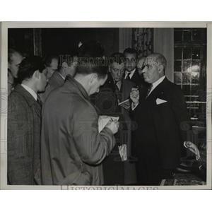 1938 Press Photo Gov. Herbert Lehman of New York speaks with reporters
