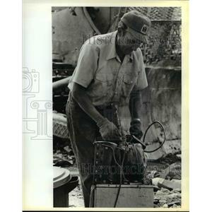 1979 Press Photo Bob Trussell bundles up iron & aluminum gleaned, Salem landfill