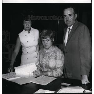 1969 Press Photo Mrs Pacello, Donna Flugla & John Boyle check Spokane servicemen