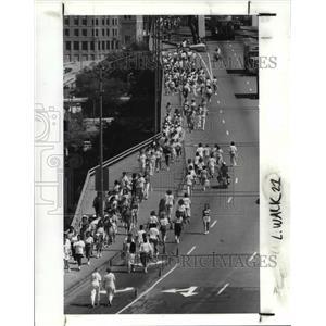 1989 Press Photo The Women's health Walk crosses the Detroit Superior Bridge