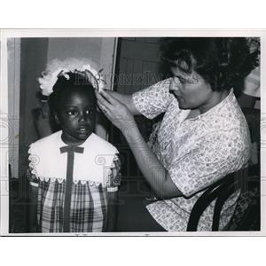 1967 Press Photo V. Strong, Mrs. J. Mason at the Friendship House, Ravenna Ohio