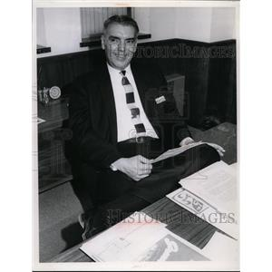 1966 Press Photo Harry Hoskins store manager at Sears in Richmond - nee87809