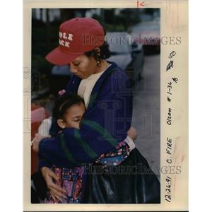 1991 Press Photo Jasmine Martin Buries her Face Against her Aunt After a Fire