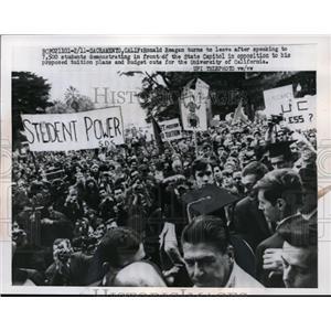 1967 Press Photo Ronald Reagan & student demonstrators at Sacramento CA