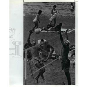 1990 Press Photo Steve Baumer & Ed Pogorelc play beach volleyball - cva80601