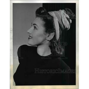 1942 Press Photo Pixie turban style hat on a fashion model at a show - nee83867