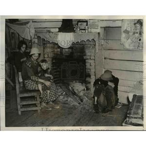 1937 Press Photo Widowed Shakercropper in their Shanty House in Matthews.