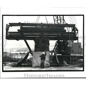 1986 Press Photo Lowering 32 ton beam on pier for Clark Ave Bridge construction